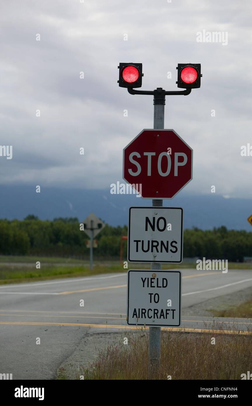 Ausbeute an Flugzeugen Zeichen aufhören Flugzeug Kreuzung Lake Hood Flughafen Anchorage in Alaska Stockbild
