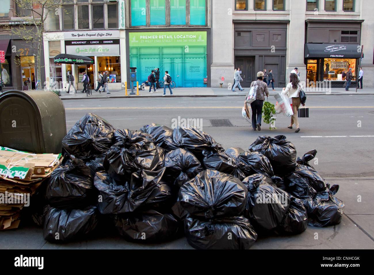 New York City Straße mit Müll Haufen auf Bürgersteig Stockbild