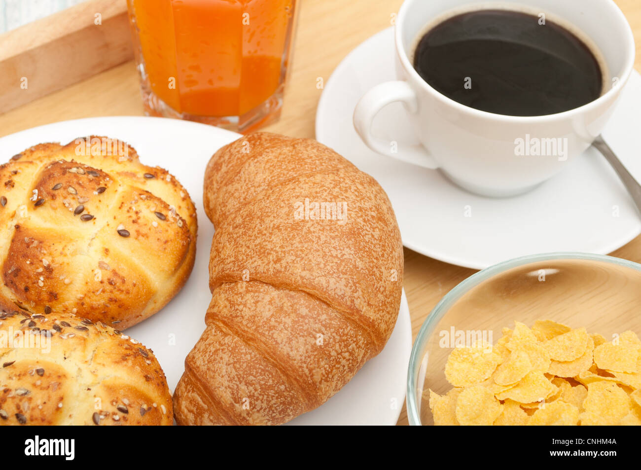 fr hst ck im bett cornflakes kaffee croissant orangensaft kaffee und br tchen stockfoto. Black Bedroom Furniture Sets. Home Design Ideas