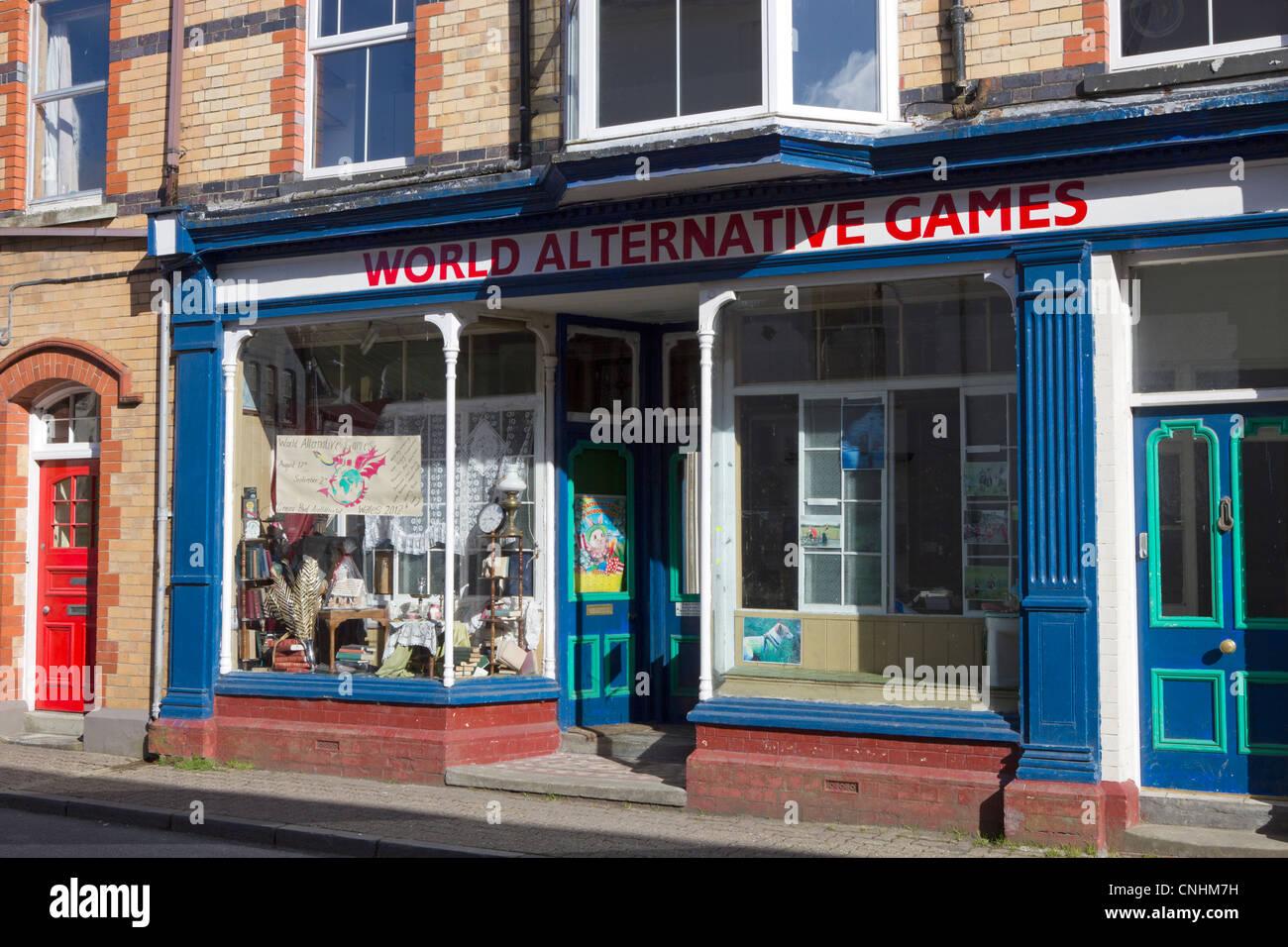 Alternative Weltspiele anzeigen in einem Schaufenster in Llanwrtyd Wells, Powys UK Stockbild