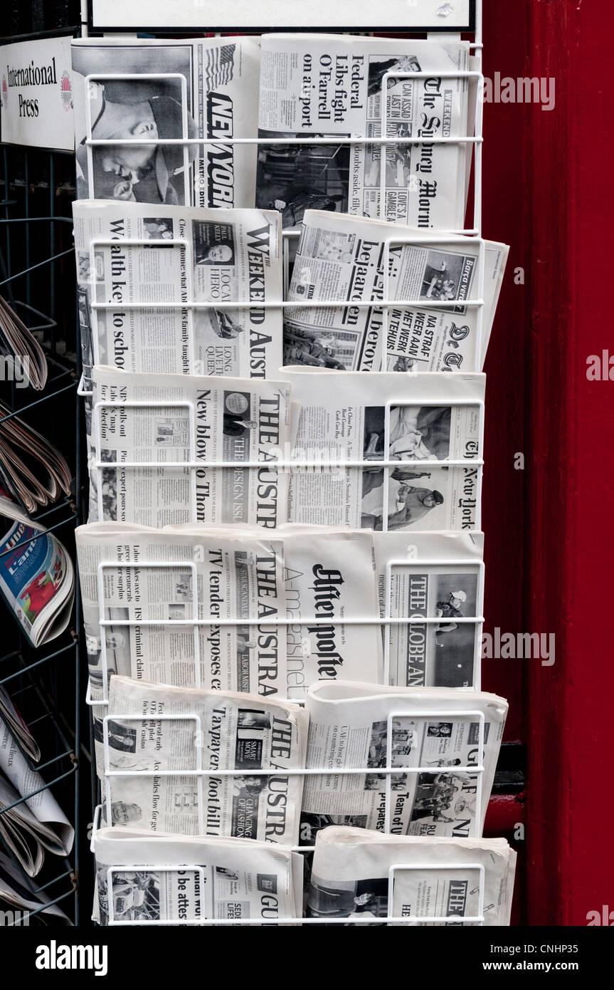 Internationale Zeitungen auf dem Display im Vereinigten Königreich Stockbild
