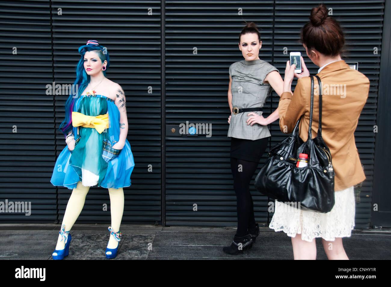 London Alternative Fashion Week 2012 Modelle darstellen, während ein Freund Fotos mit dem Handy. Stockbild