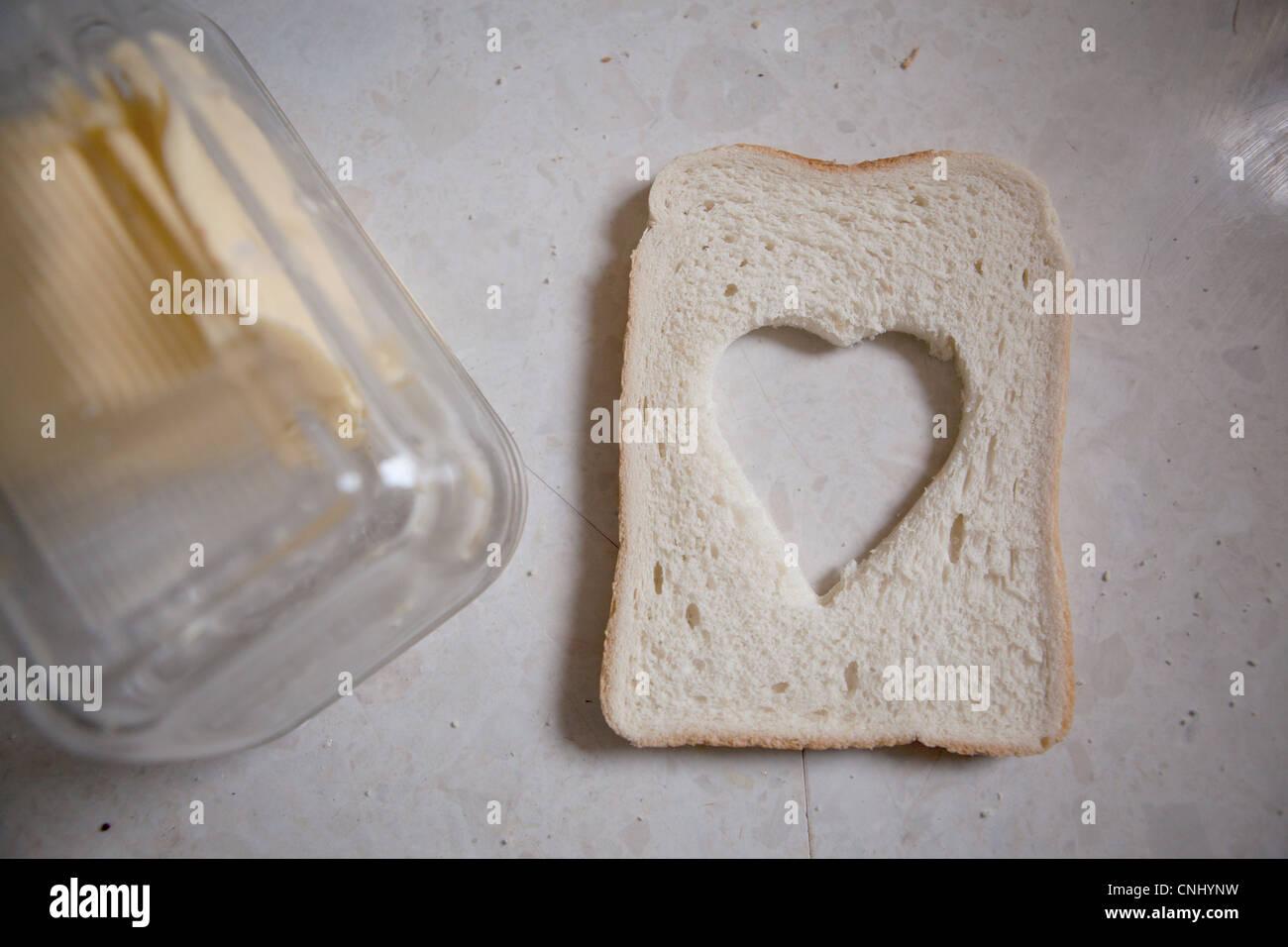 Schneiden Sie aus Scheibe Brot in Herzform Stockbild