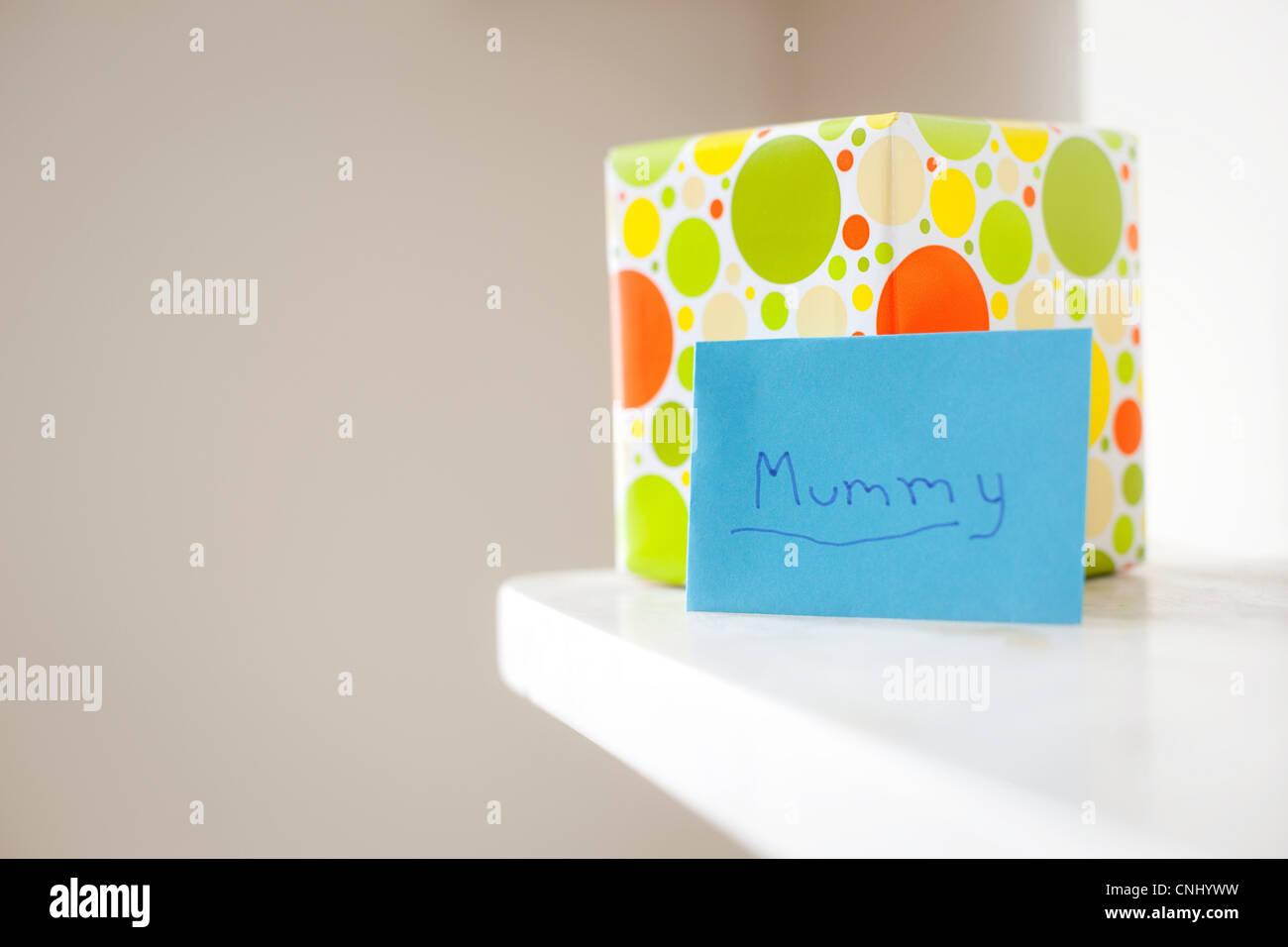 """Geschenk und Karte mit """"Mumie"""" darauf geschrieben Stockbild"""