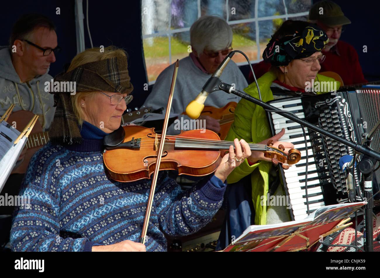 Birnie Boozle Band spielt traditionelle Musik am Tag der offenen Tür am Bursledon Industriemuseum Ziegelei, Stockbild