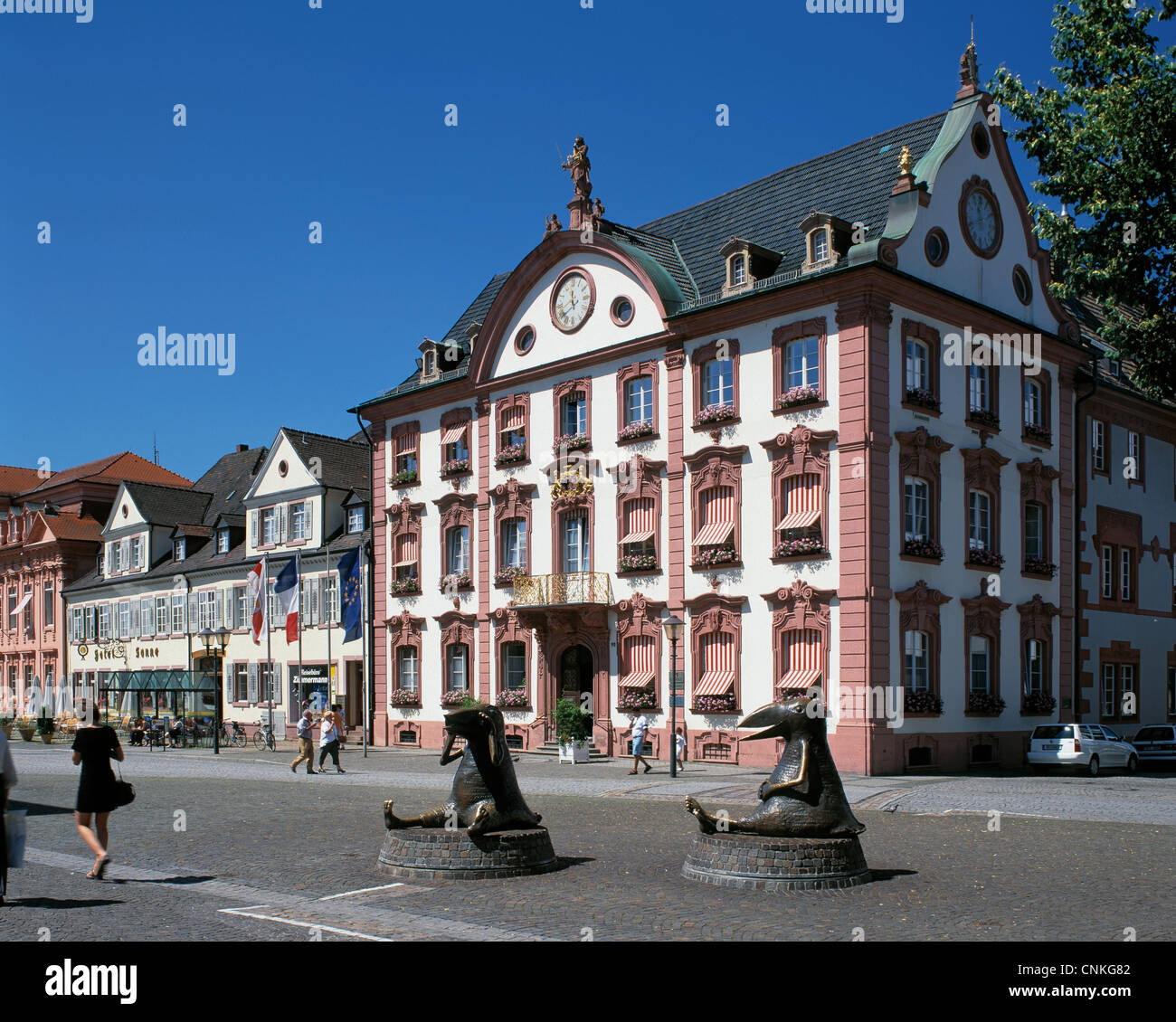 marktplatz mit rathaus und skulpturen vogelmenschen von ingrid und dieter werres in offenburg. Black Bedroom Furniture Sets. Home Design Ideas