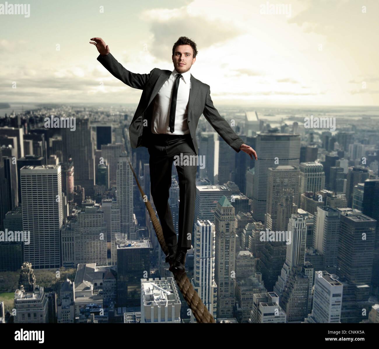 Geschäftsmann balanciert auf einem Seil Stockbild