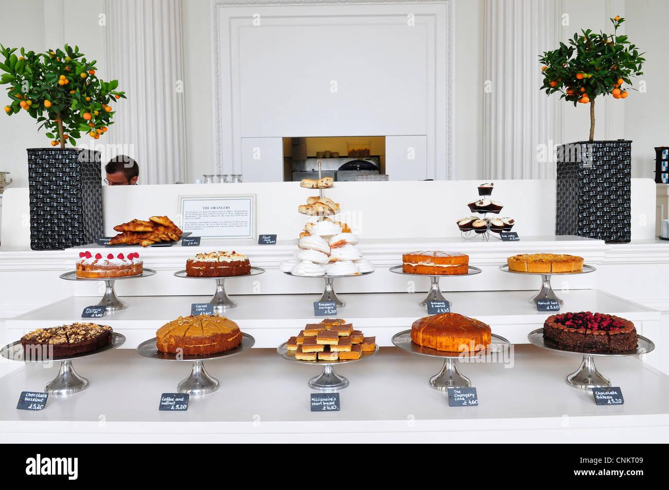 Eine Anzeige der Kuchen an der Orangerie, Kensington Palace, London, England, UK Stockfoto