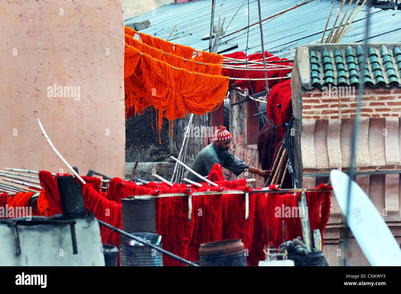 Traditionelle Wolle Färben Prozess in den Souks von Marrakesch, Marokko Stockbild