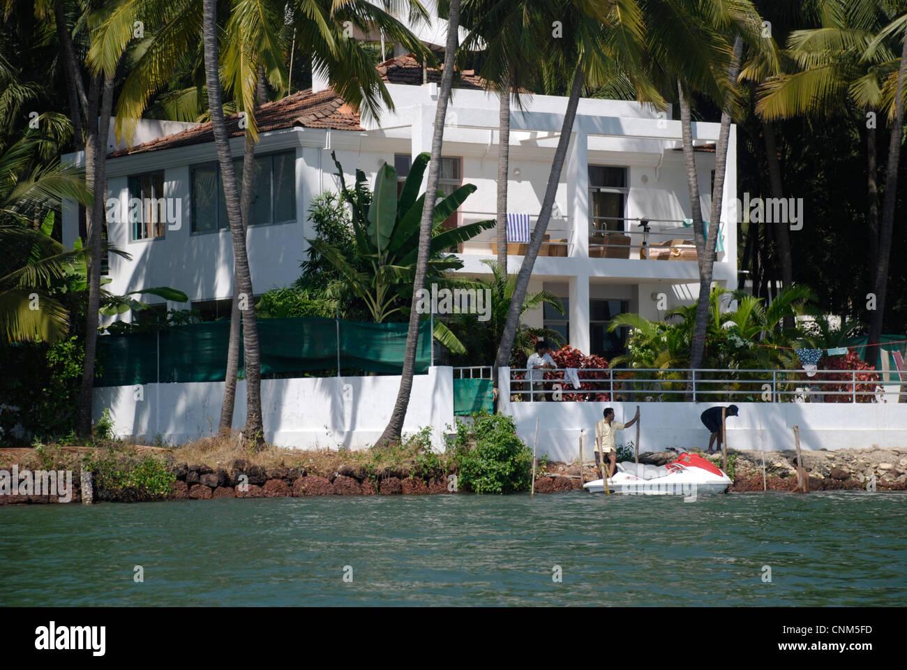 Ein wohlhabender am Flussufer Haus in Goa, Indien Stockbild