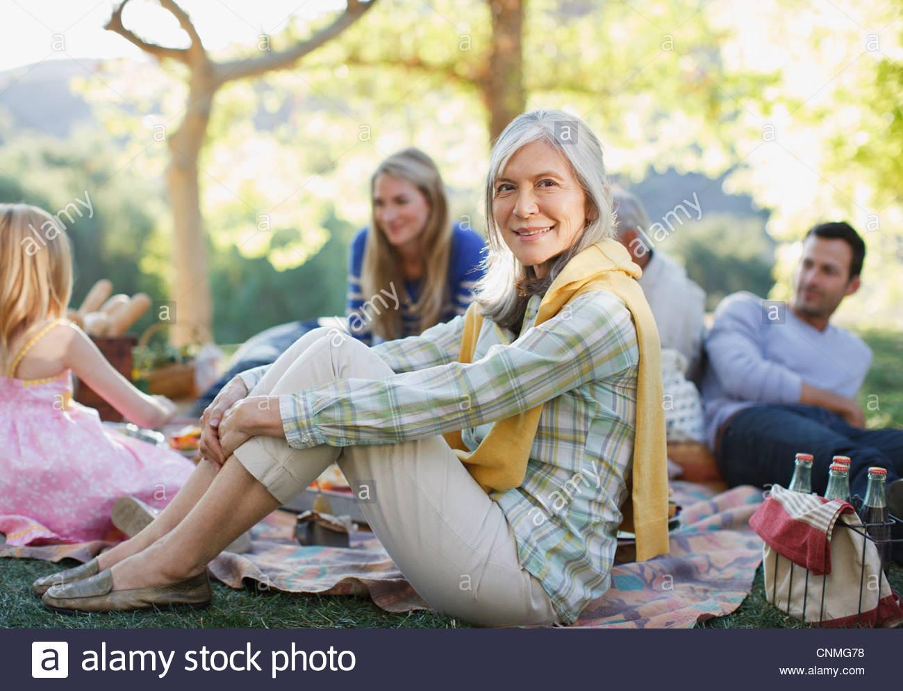 Familie zusammen Picknicken im freien Stockbild