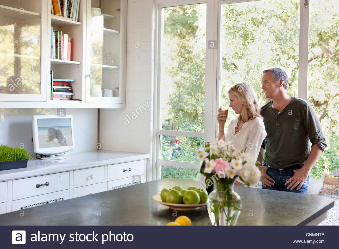 Familie vor dem Fernseher in Küche Stockfoto, Bild: 47784699 - Alamy