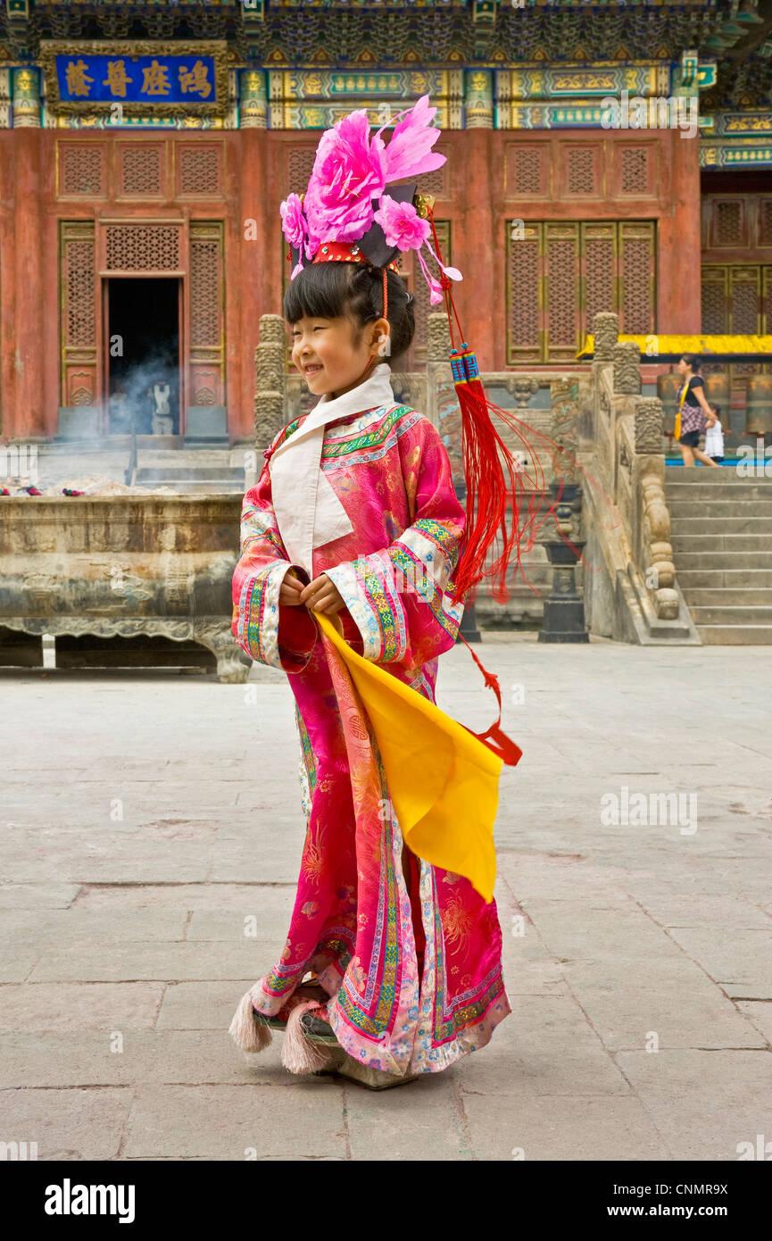 Eine junge Chinesin Kleider in traditioneller Kleidung für ein Foto in die Häckselung Bhudist Tempel in Stockbild