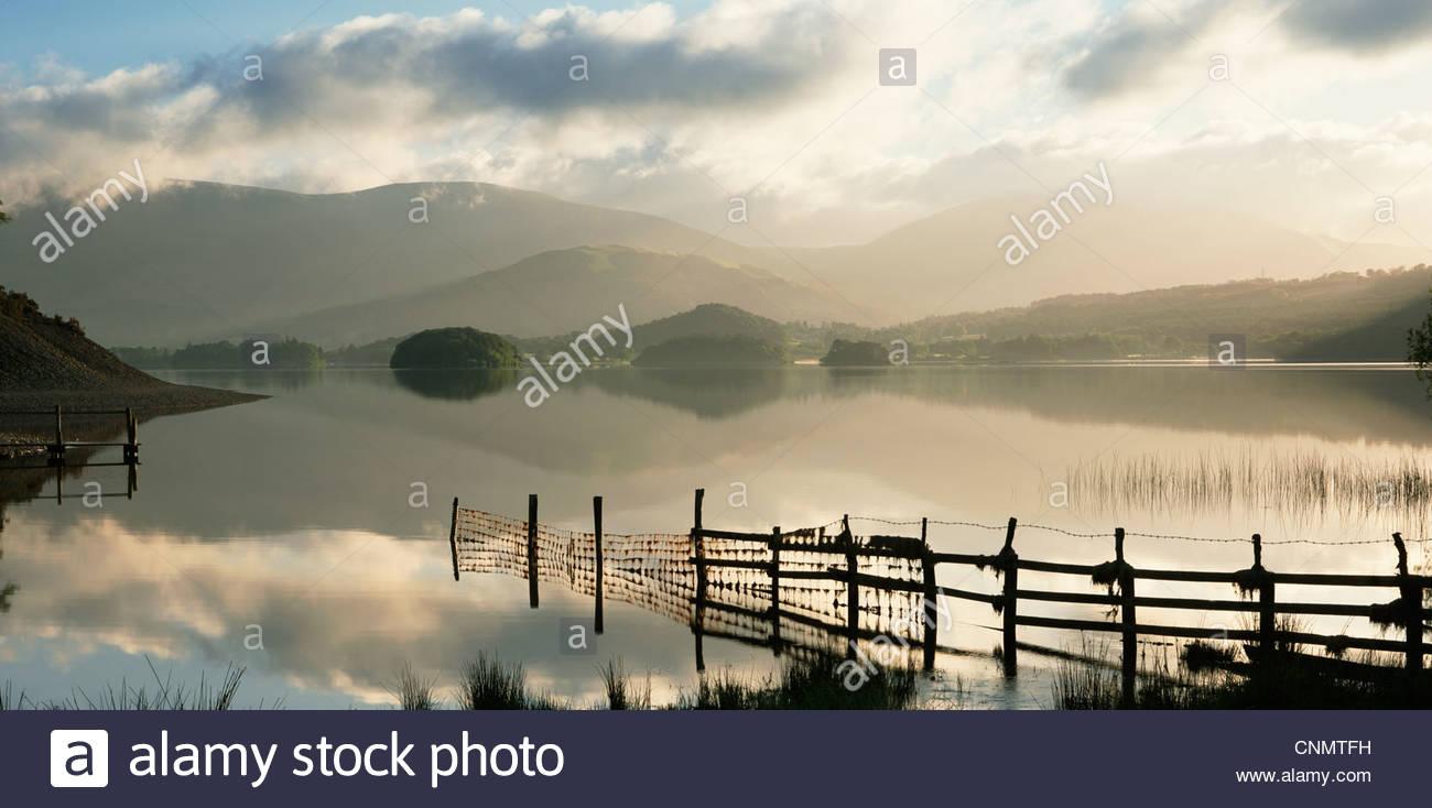 Zaun In Noch See In Ländlichen Landschaft Stockbild