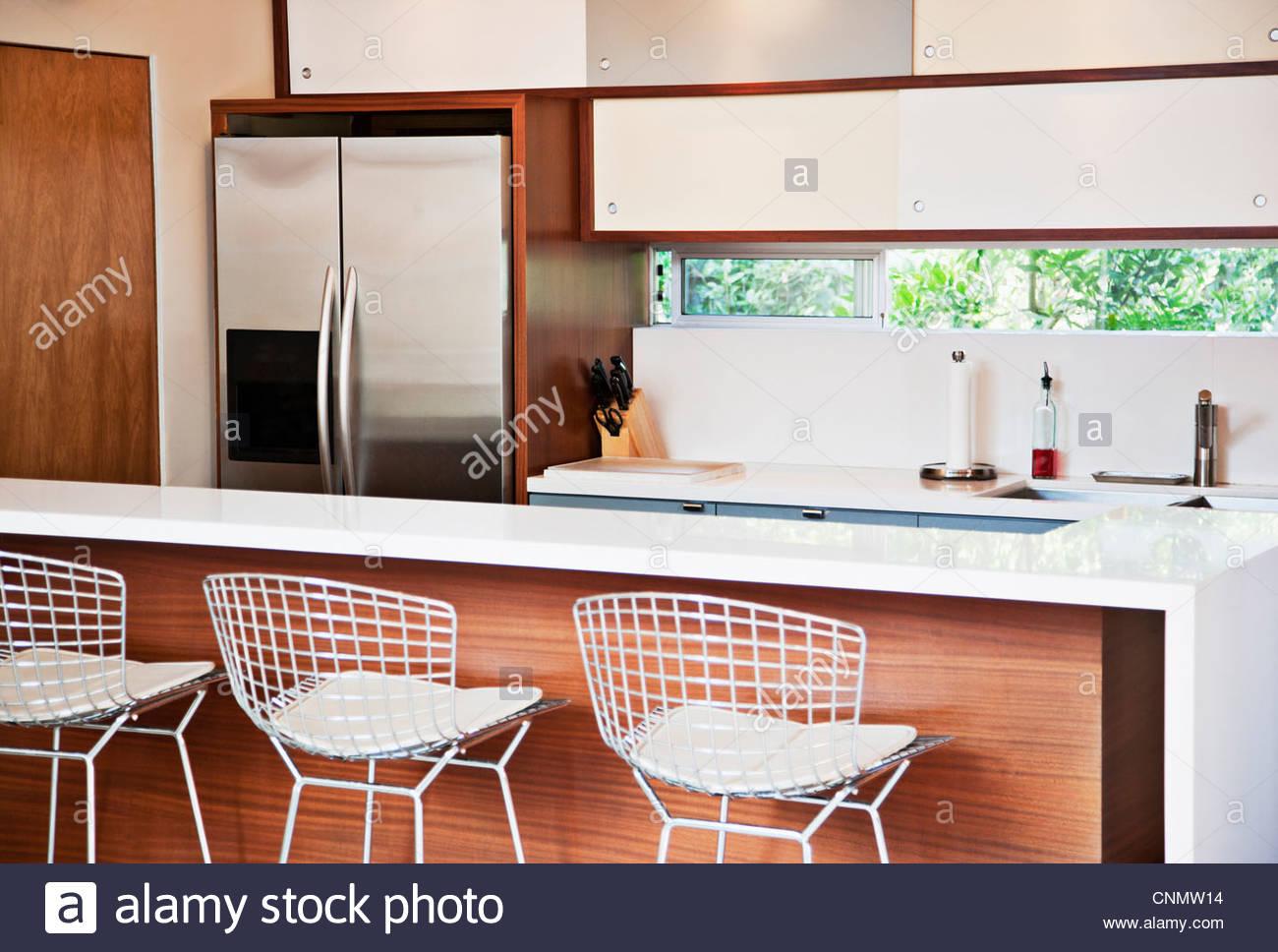 Hocker und Frühstücksbar in modernen Küche Stockfoto, Bild: 47787184 ...