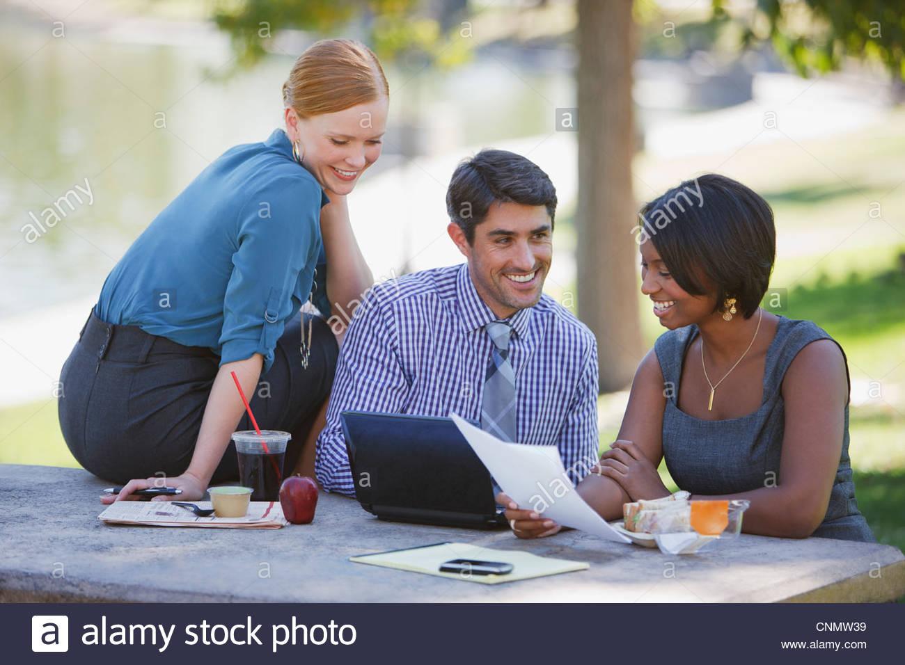 Geschäftsleute, die im park Stockbild