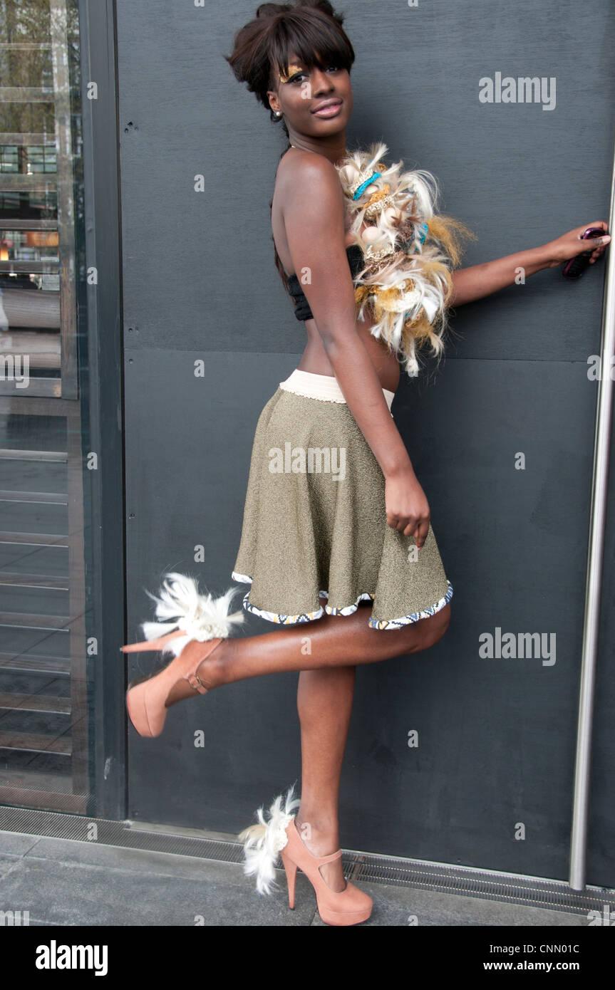 Alternative Fashion Week in London 2012Black Modell tragen häkeln und Federn oben und Federn auf Stöckelschuhen Stockbild