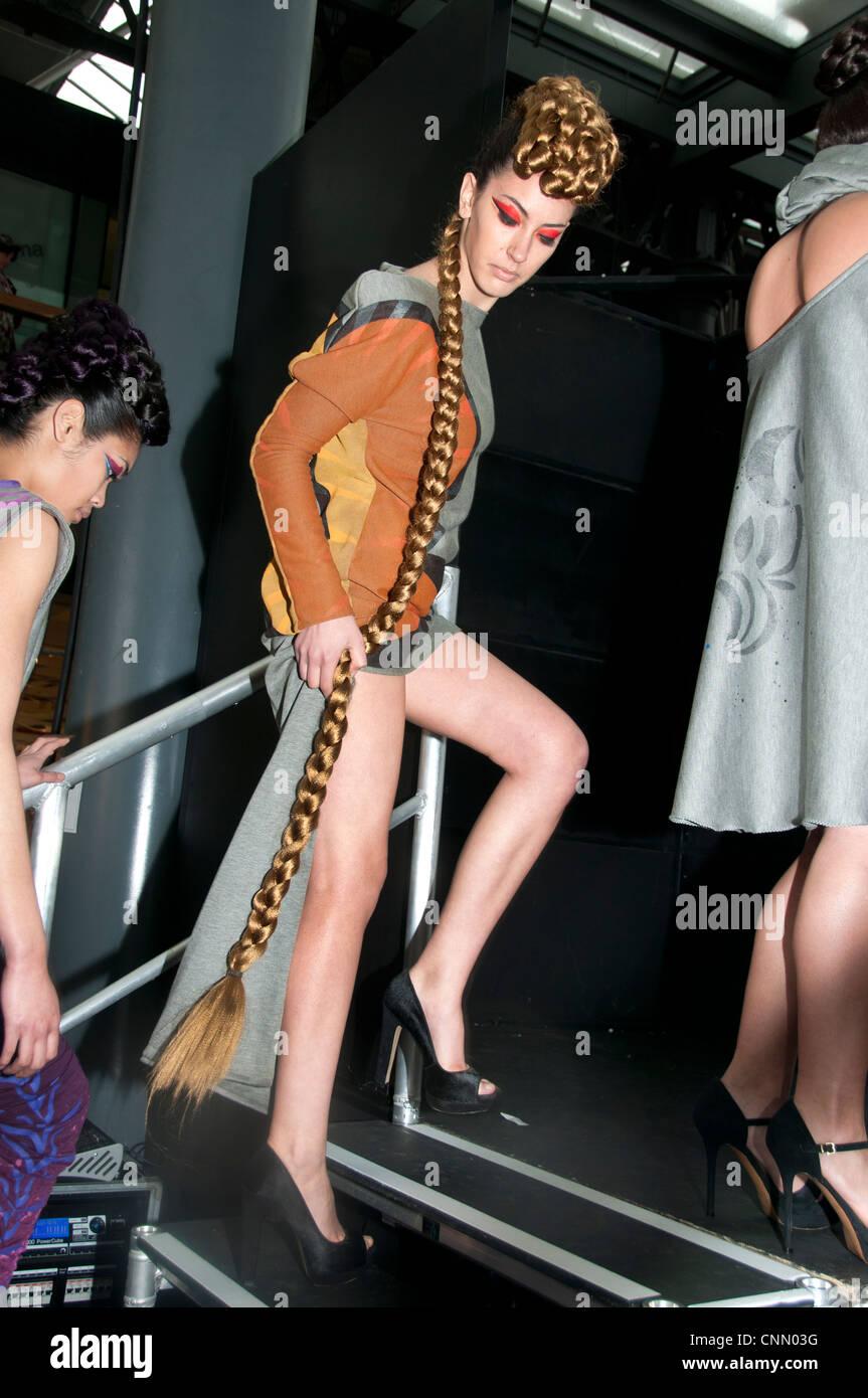 London Alternative Mode Woche Spanisch Modell mit langen Zopf Perücke Modellierung Kleidung von Francisco Sanchez Stockbild