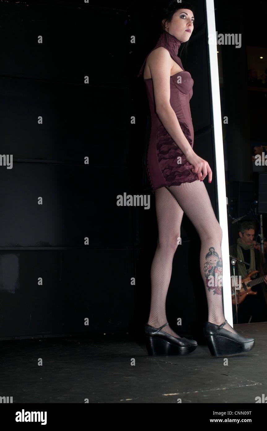Londoner Alternative Fashionweek 2012. Hohe Modell warten auf dem Laufsteg zu gehen Stockbild
