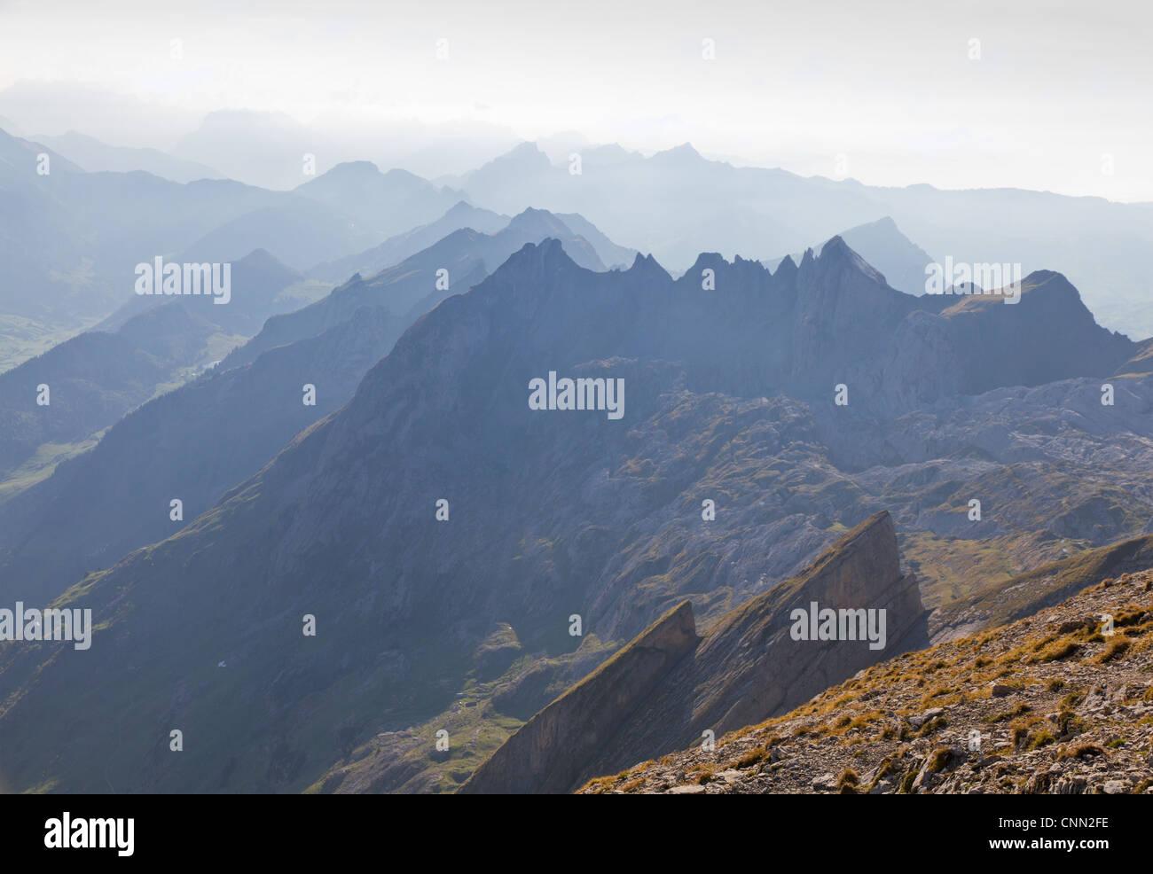 alpine zerlumpten scharfe Hochgebirge oberen Bereiche verschwinden in nebliger Ferne, Schweiz Stockbild