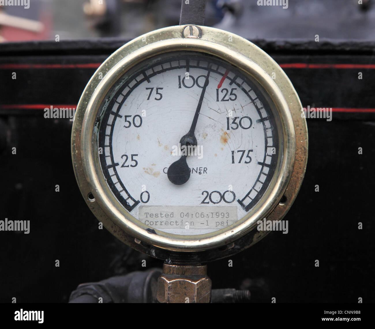 Steam Pressure Gauge Stockfotos & Steam Pressure Gauge Bilder - Alamy