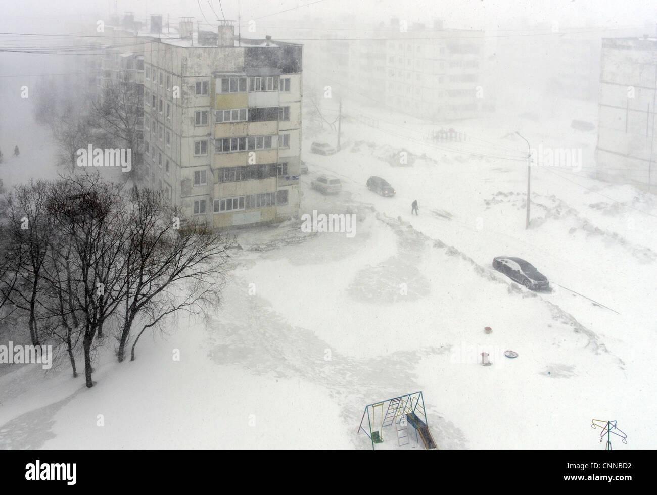Winter. Blizzard-Schneefall in Russland, Sachalin, Juschno-Sachalinsk. geringe Sichtbarkeit, Schneewehe. Wege und Stockfoto