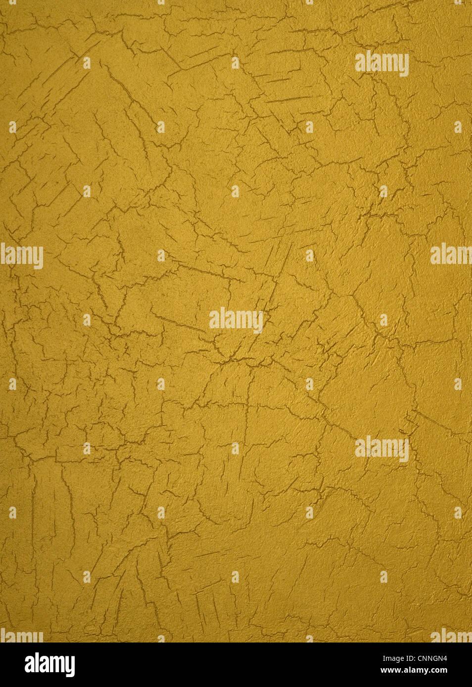Textur von einer Betonmauer bedeckt Goldfarbe, mit Schlägen. Stockbild