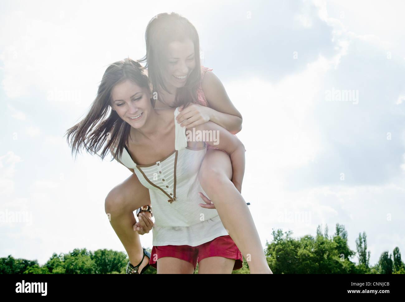 Lächelnde Frauen draußen zusammen zu spielen Stockbild