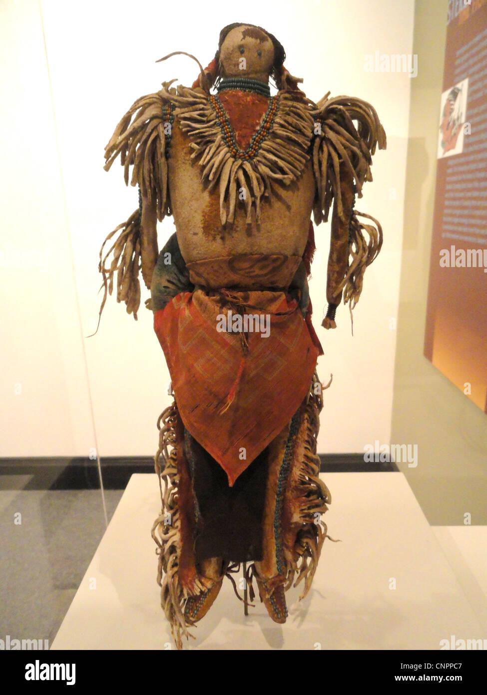 Krieger Puppe, mit Symbolen der Lakota - Indianer Sammlung - Religion Peabody Museum der Harvard University Stockbild