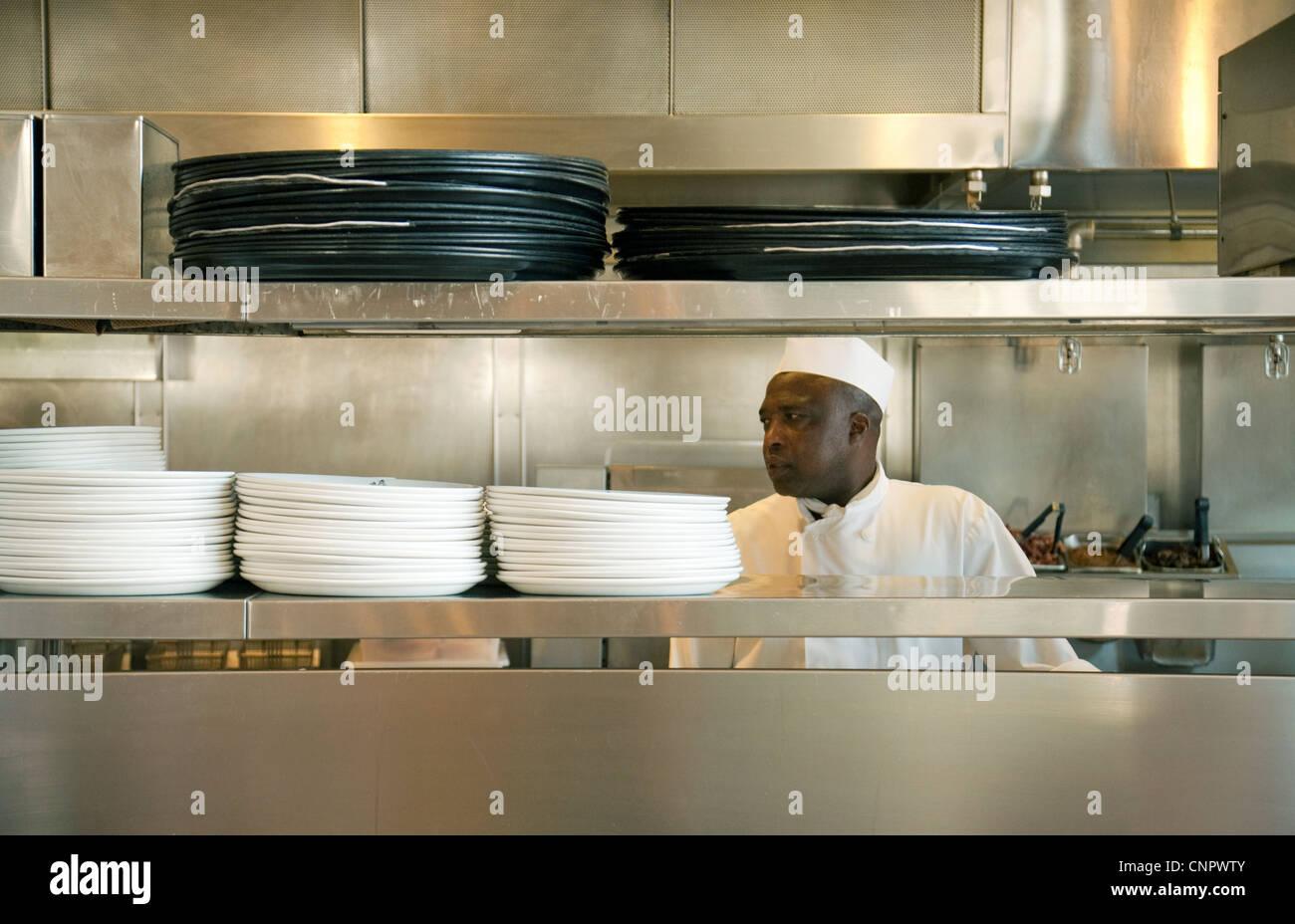 Ein Restaurant-Chef bei der Arbeit in seiner Küche, Disneyland Paris Frankreich Europa Stockbild
