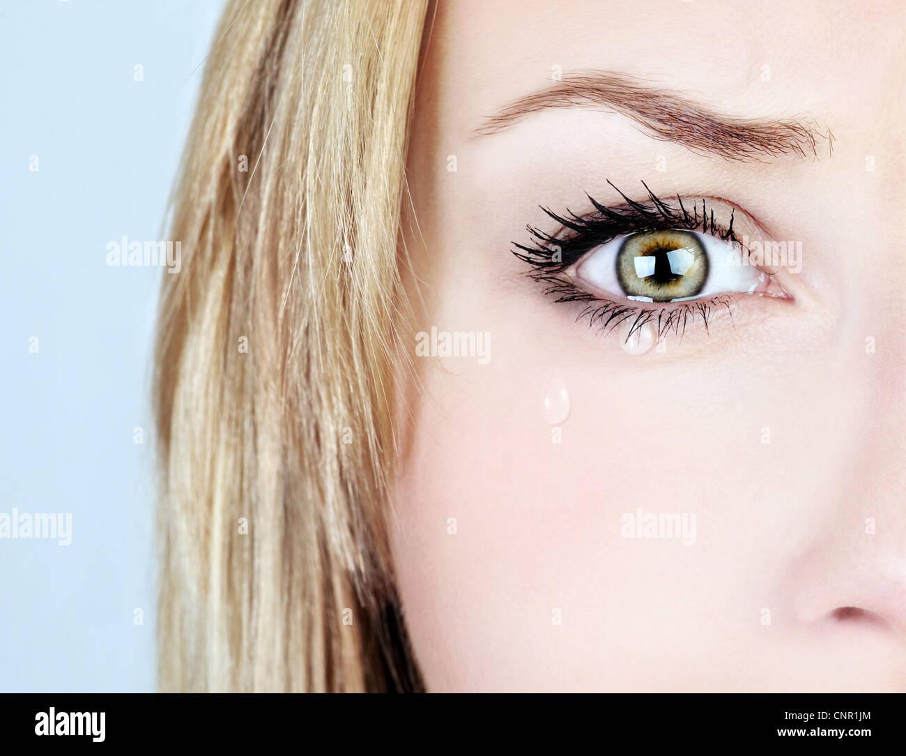 Weinende Frau, schönes Gesicht mit Träne Tropfen, Gesichtsausdruck, Schmerz und Trauer-Konzept Stockbild