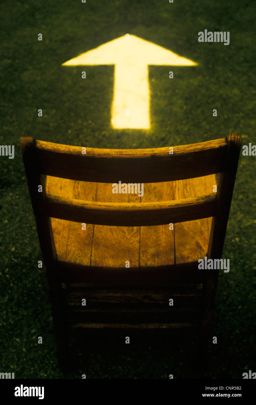 Holzstuhl und Pfeil Stockbild