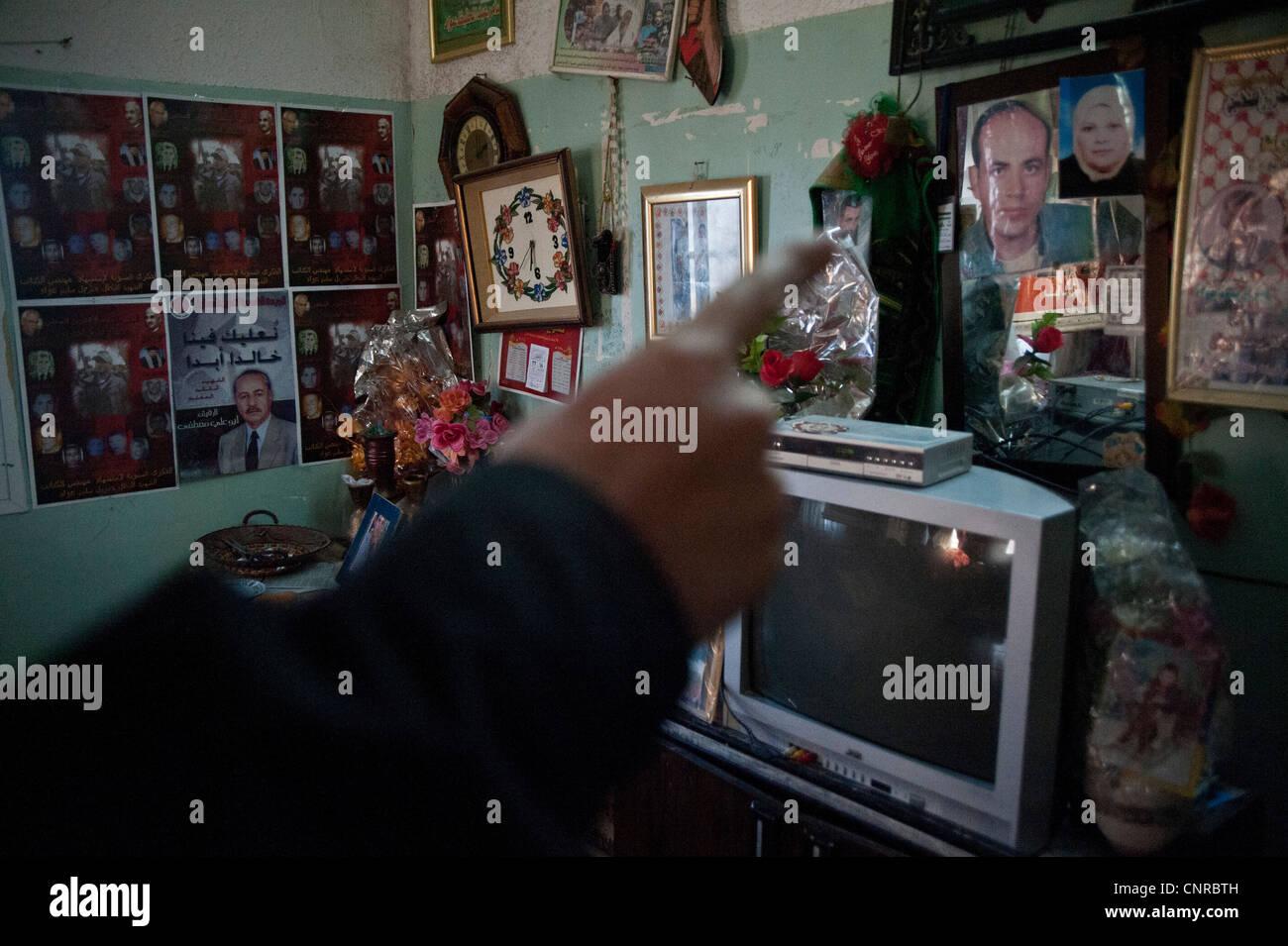 die alte dame von awarta wer schl ft nur mit ihren fotos von m rtyrern die bilder der m rtyrer. Black Bedroom Furniture Sets. Home Design Ideas