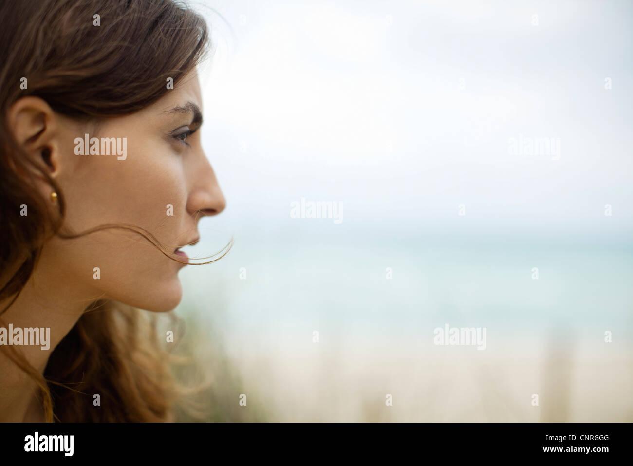 Profil der jungen Frau im freien Stockbild