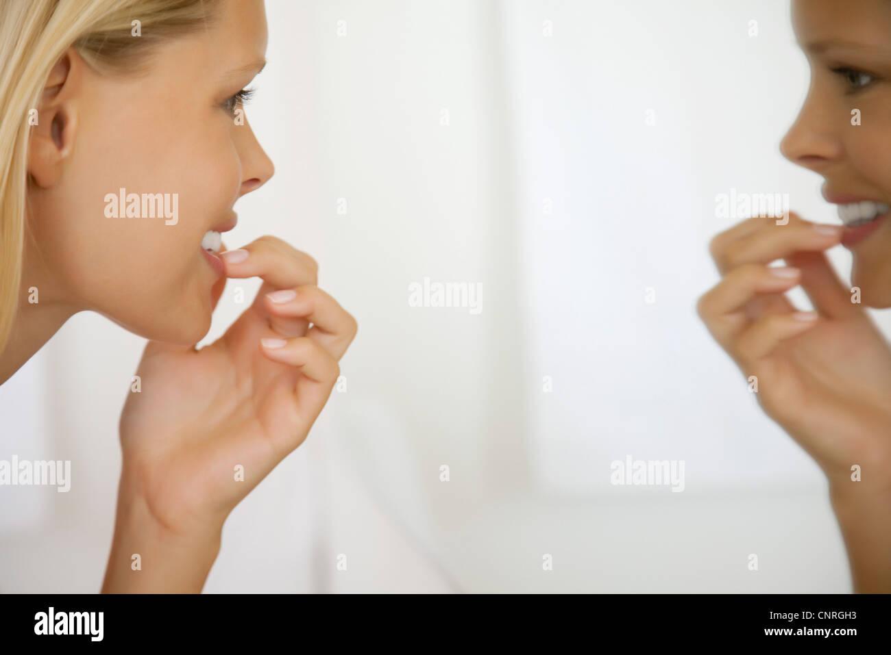 junge frau die z hne im spiegel seitenansicht betrachten stockfoto bild 47846431 alamy. Black Bedroom Furniture Sets. Home Design Ideas