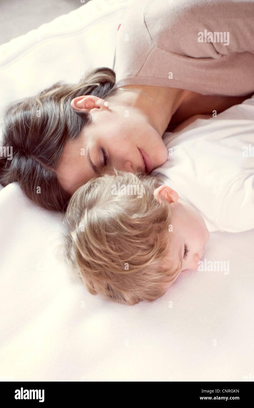 Mutter mit jungen Sohn Nickerchen Stockfoto