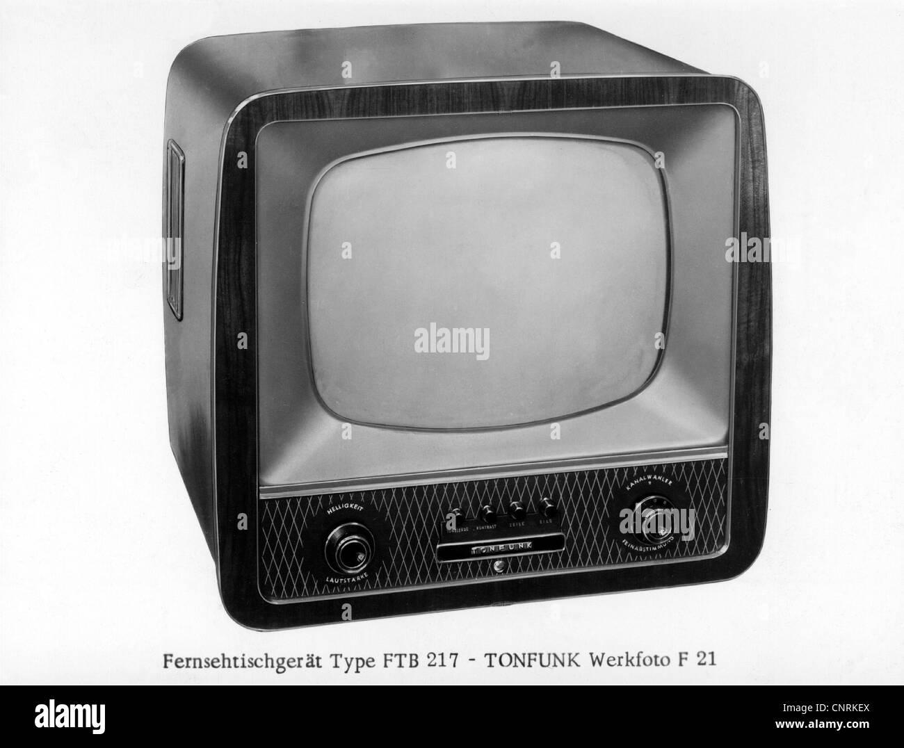 Rundfunk, Fernsehen, tragbare Fernseher, 1950er Jahre, Additional-Rights - Clearences-NA Stockbild