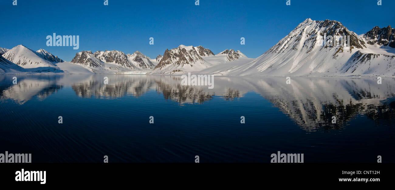 Mitternachtssonne Landschaft aus Magdalenefjord, westlichen Spitzbergen, Norwegen, Spitzbergen, Svalbard-Inseln Stockbild