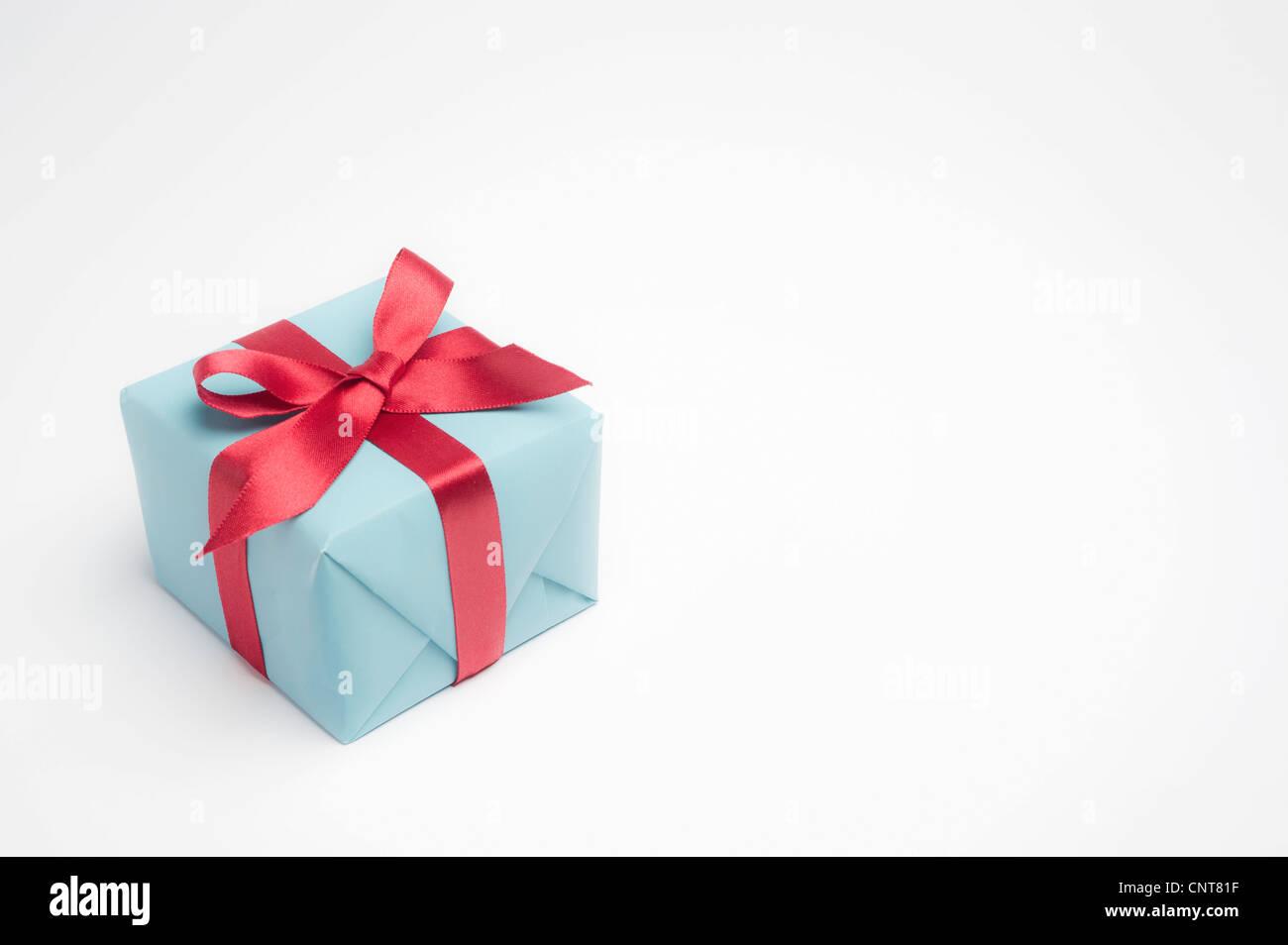 Festlich verpacktes Geschenk Stockbild