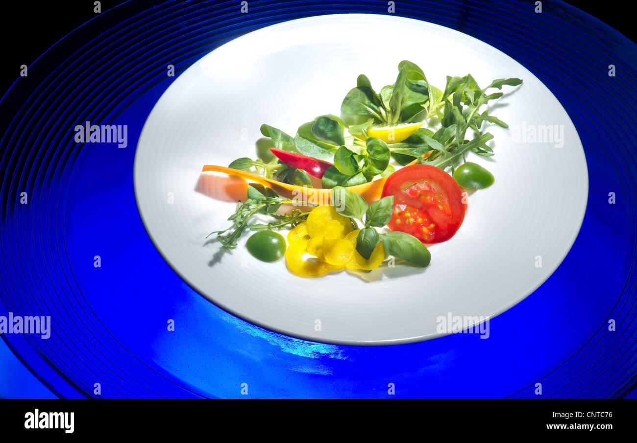 platte mit portion frischer gemischter salat salat mix mischung fitness fit food feldsalat salat. Black Bedroom Furniture Sets. Home Design Ideas