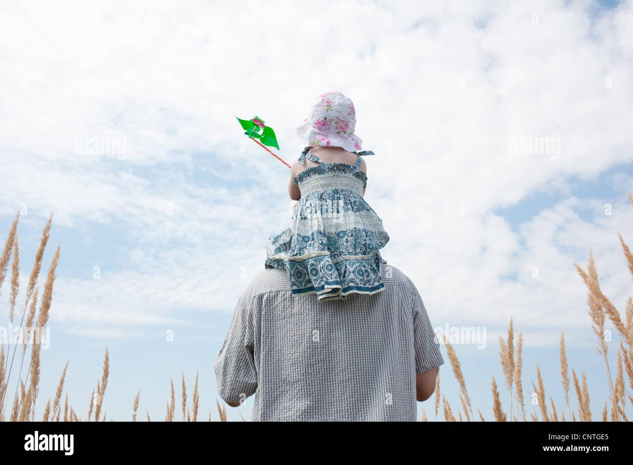 Mann mit Tochter auf Schultern Stockbild