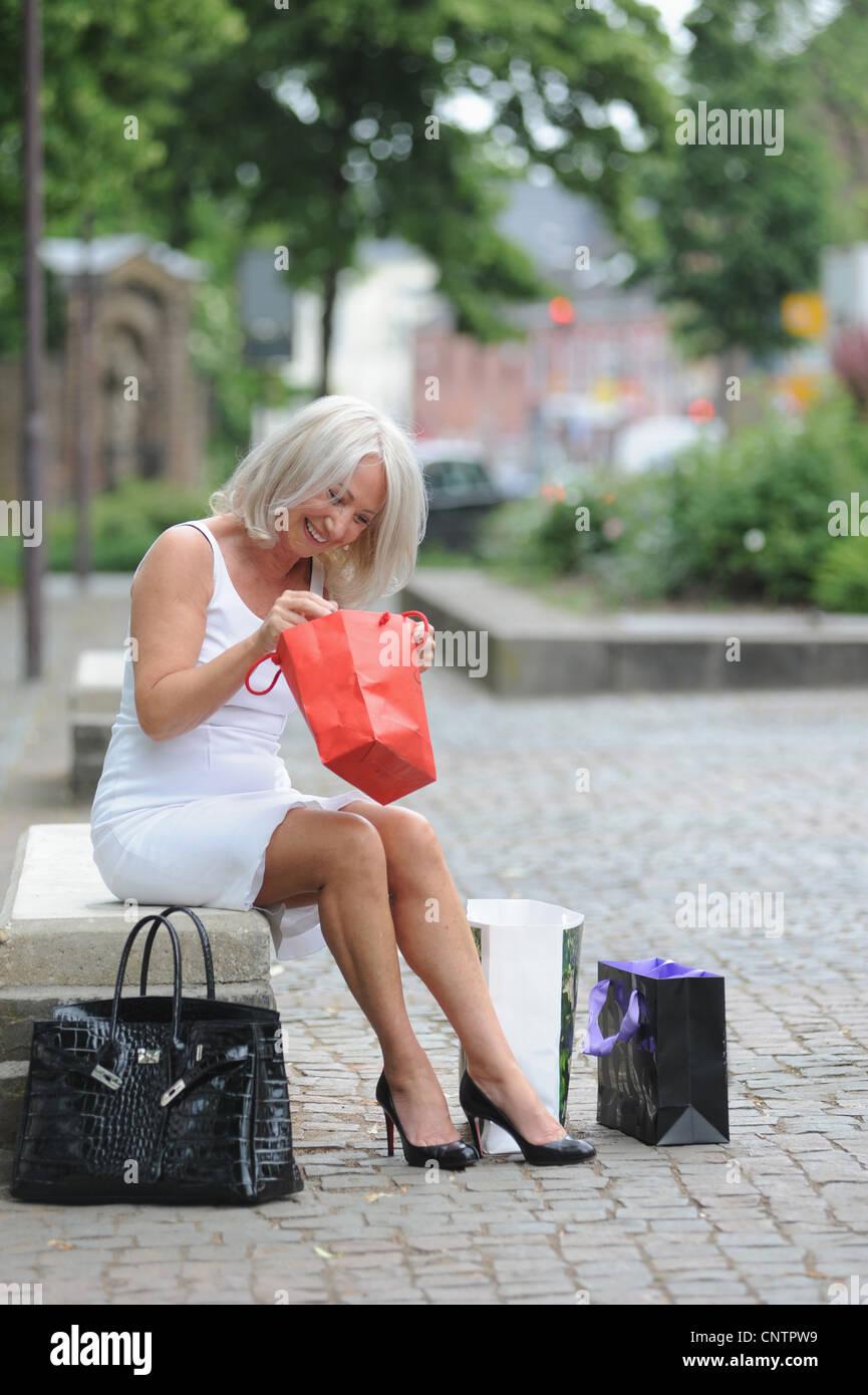 ce4ea64b1d Ältere Damen Einkaufen Stockfotos & Ältere Damen Einkaufen Bilder ...