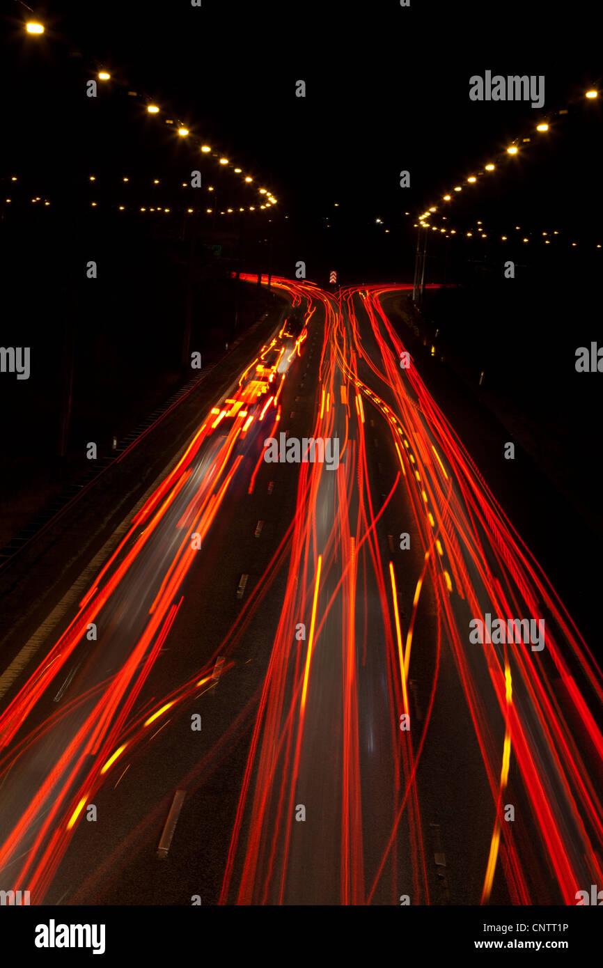 Time-Lapse Blick auf Verkehr in der Nacht Stockbild