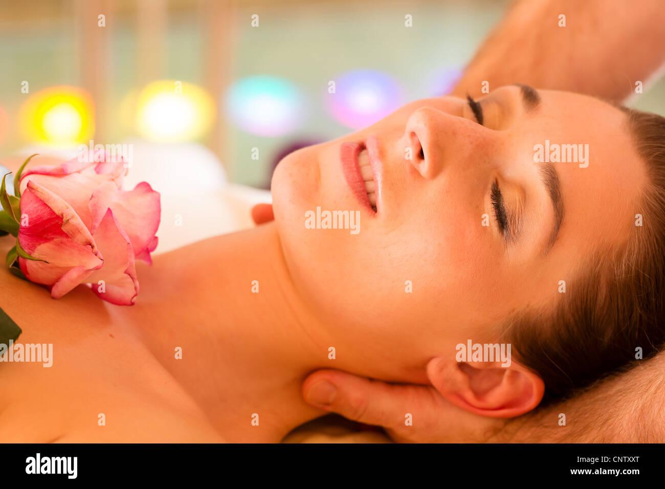 Frau genießen Kopfmassage in einem Spa mit Chromotherapie oder Farbe Therapie Stockbild