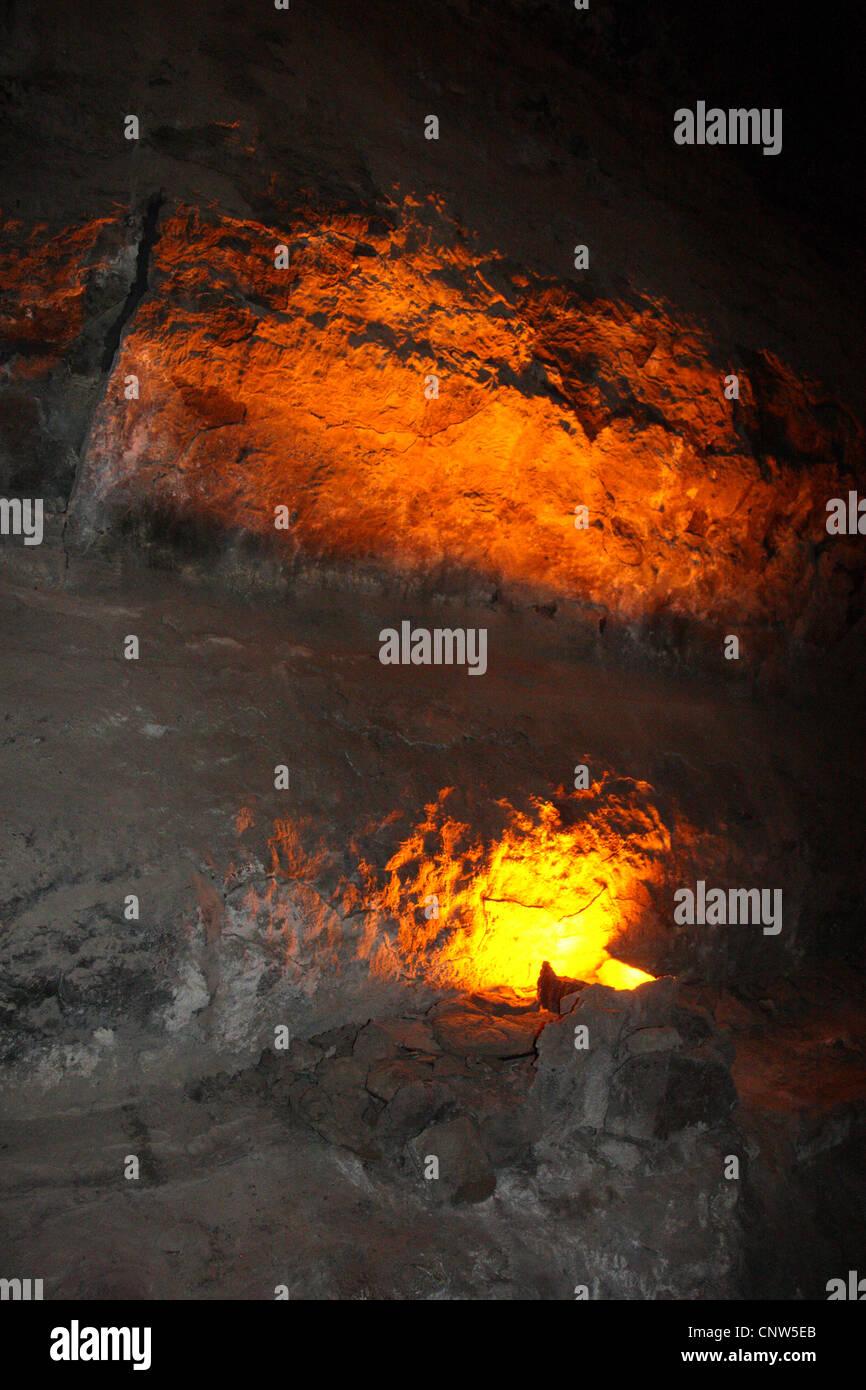 Tunnel in vulkanischem Gestein beleuchtet von glühender Lava, Kanarische Inseln, Lanzarote Stockbild