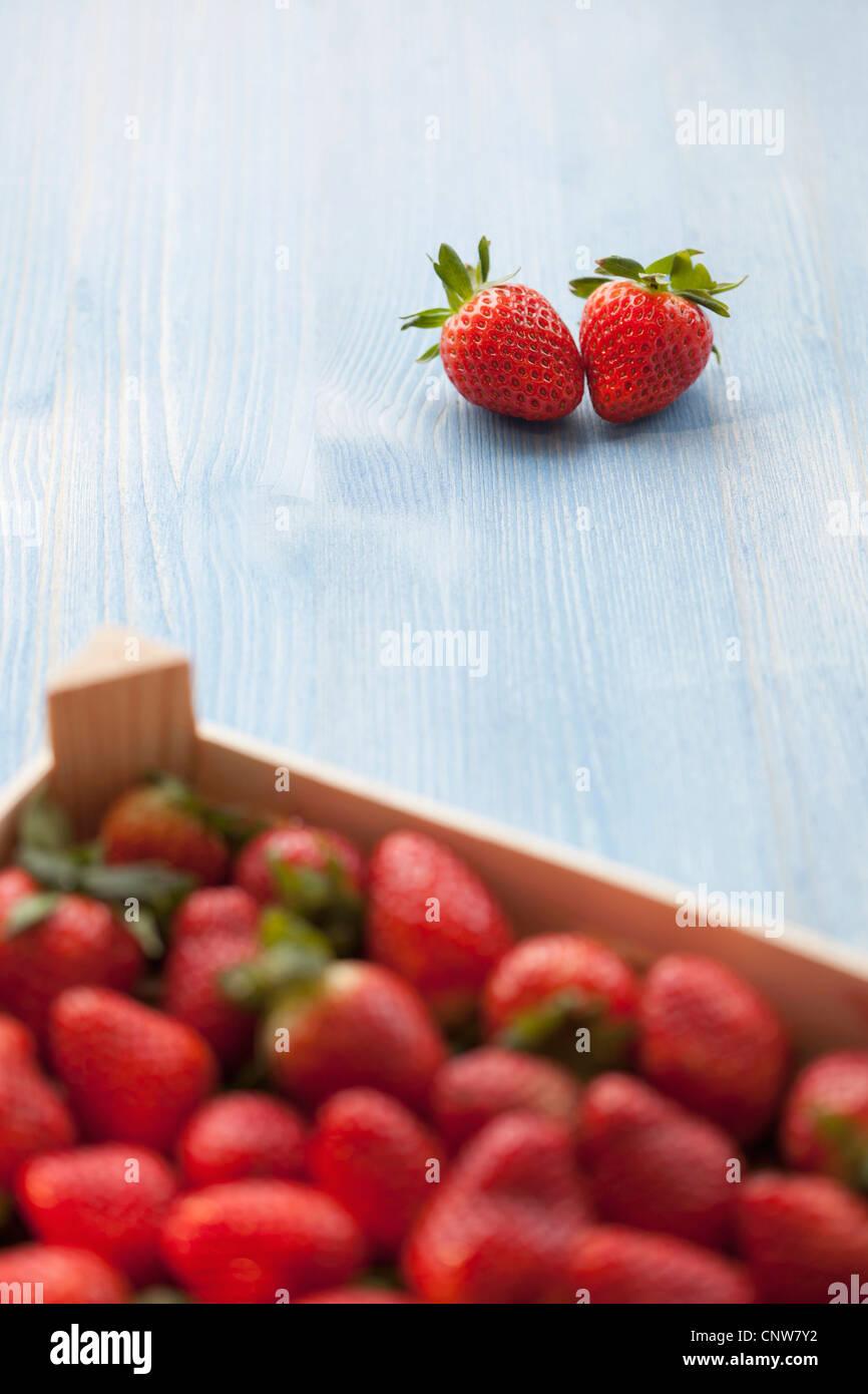 Paar Erdbeeren außerhalb Kiste Stockbild