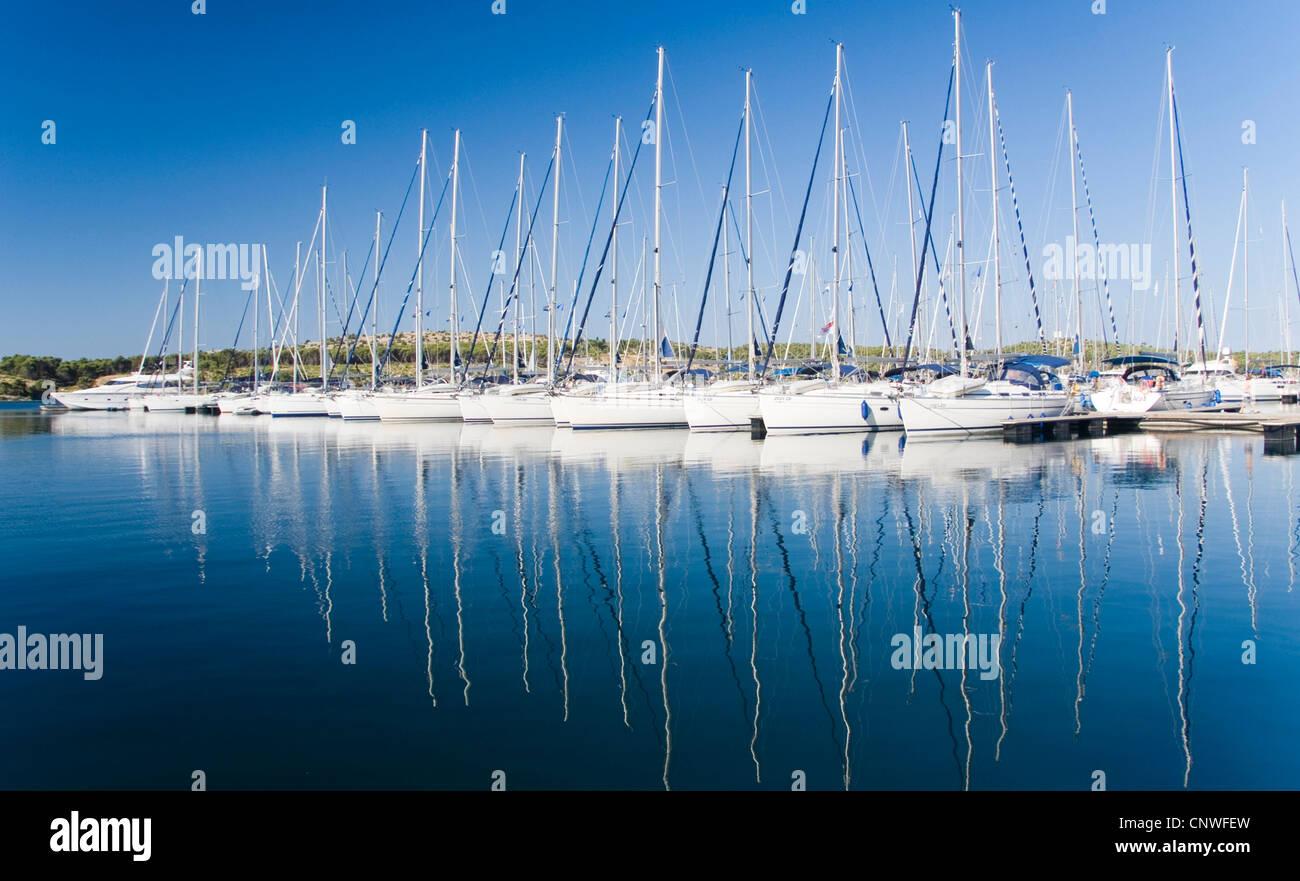 Segelboote im Hafen Sibenik, Kroatien, Dalmatien, Sibenik Stockfoto