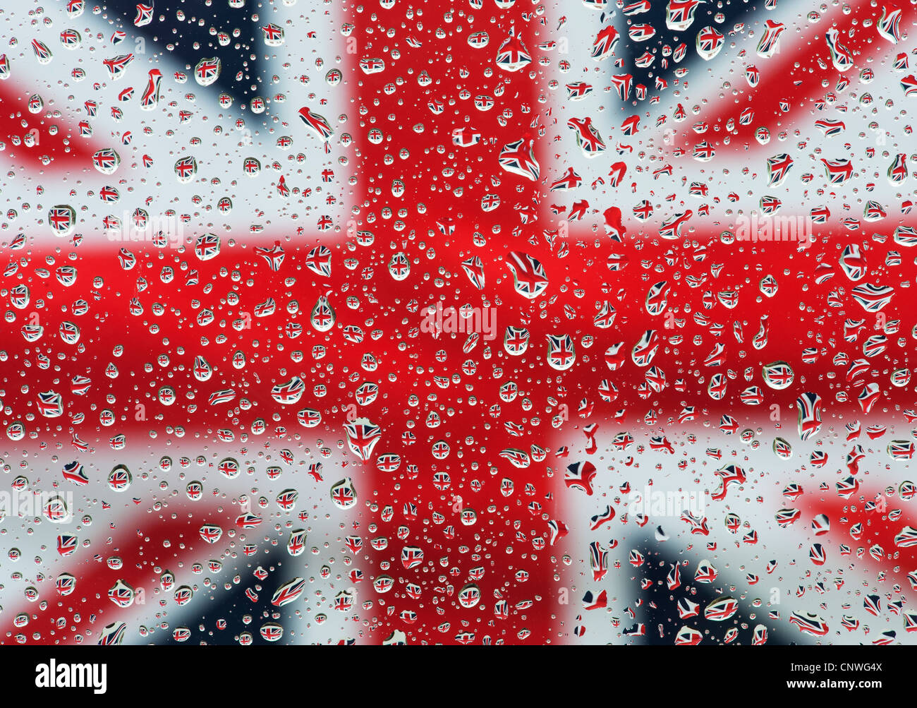 Regentropfen auf Glas vorne ein Union Jack-Flagge Stockbild