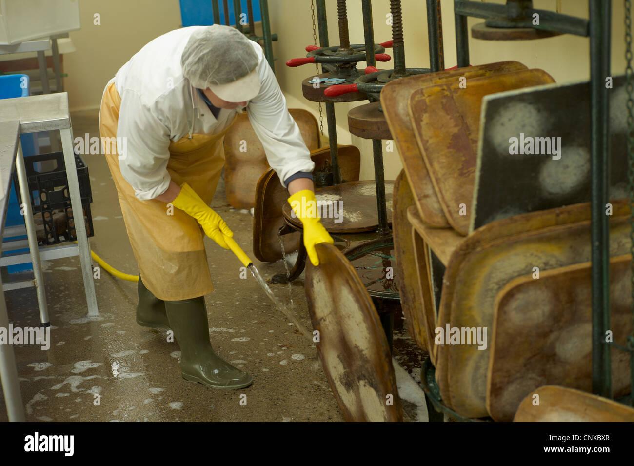 k se machen bei curworthy farm devon reinigung der k se press stockfoto bild 47908639 alamy. Black Bedroom Furniture Sets. Home Design Ideas