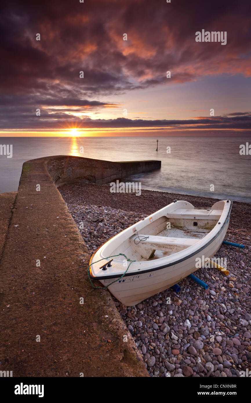 Sonnenaufgang über den Strand von Sidmouth, Devon, England. Winter (Januar) 2012. Stockbild